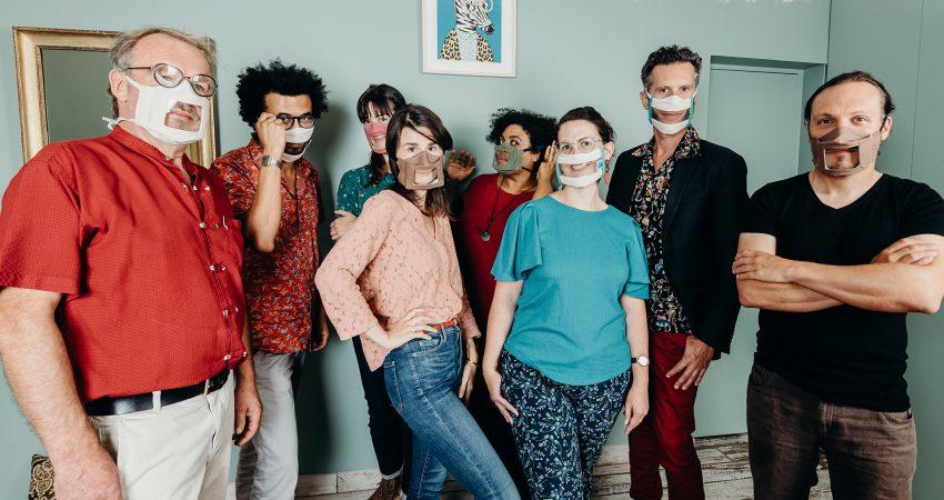 L'équipe Du Messageur Avec Des Masques Transparents