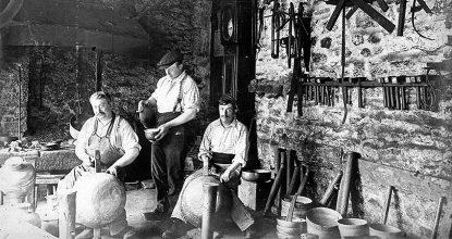 Des Ouvriers Du Cuivre De L'atelier Roblin Loyer à Villedieu-les-Poêles En 1900